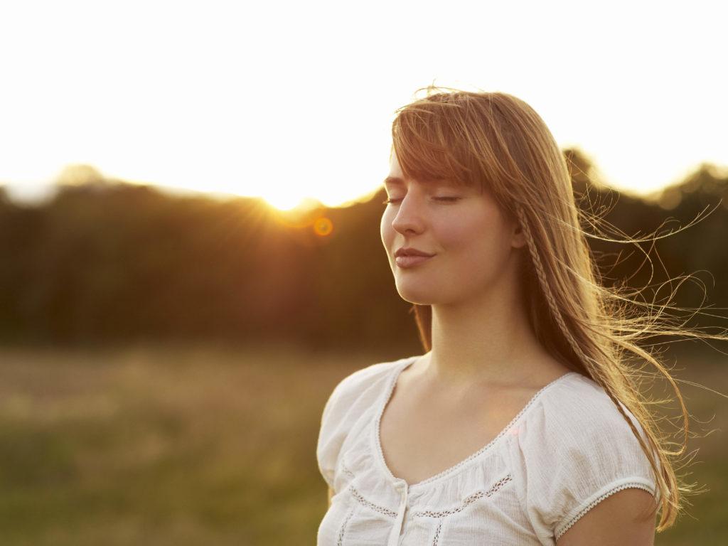 Femme souriante meditation